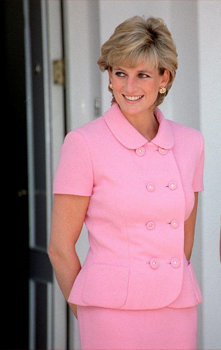4 85 - 27 veces que Lady Di lució como toda una princesa con sus atuendos rosa