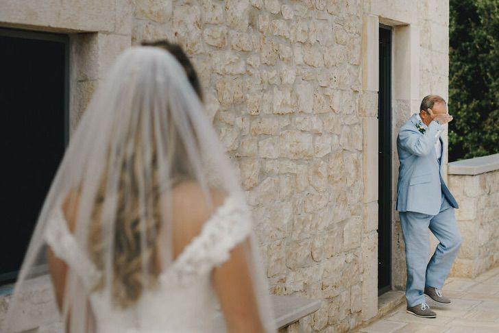 7 48 - 15 veces que los fotógrafos captaron la complicidad entre padres e hijas justo antes de sus bodas