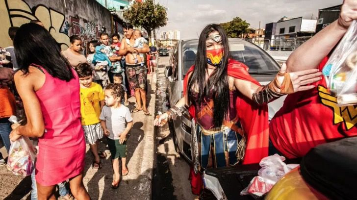 Captura de Pantalla 2021 07 20 a las 16.12.33 - Veterinaria vestida de mujer maravilla lleva juguetes a niños humildes en Brasil. Es su heroína