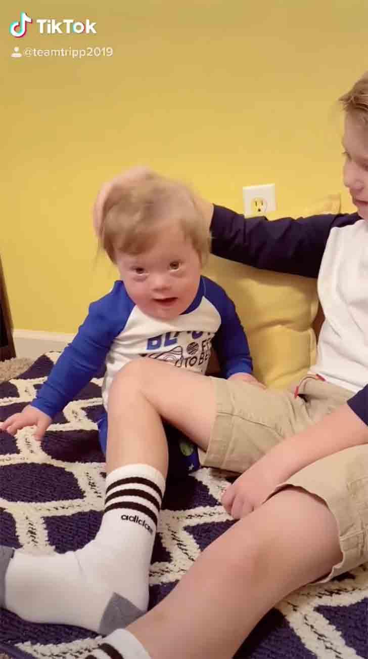 madre hijo tripp003 - Madre encontró a su hijo mayor cantándole a su hermanito con síndrome de Down. Es su principal apoyo
