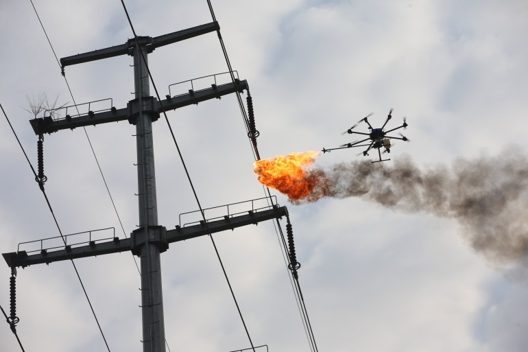 В Китае намерены бороться с зацепившимся за линии электропередачи мусором при помощи дронов-огнеметов