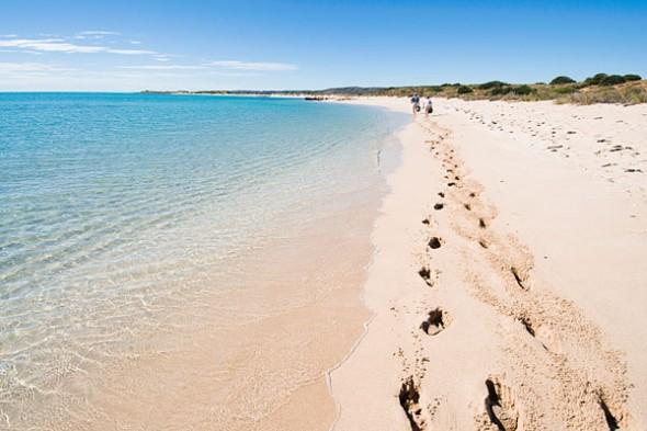 west australia beach 590x393 Tradiciones de Año Nuevo alrededor del mundo
