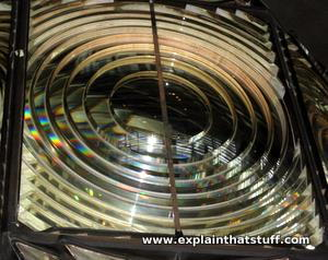 Gros plan d'une lentille de Fresnel.