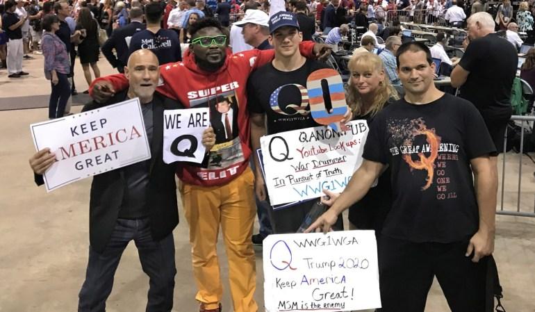 """Los partidarios de Donald Trump que son partidarios de la teoría de la conspiración """"QAnon"""" posan para una foto después de que Trump habló en un mitin en Tampa, Florida, el martes.  De archivo: TNS"""