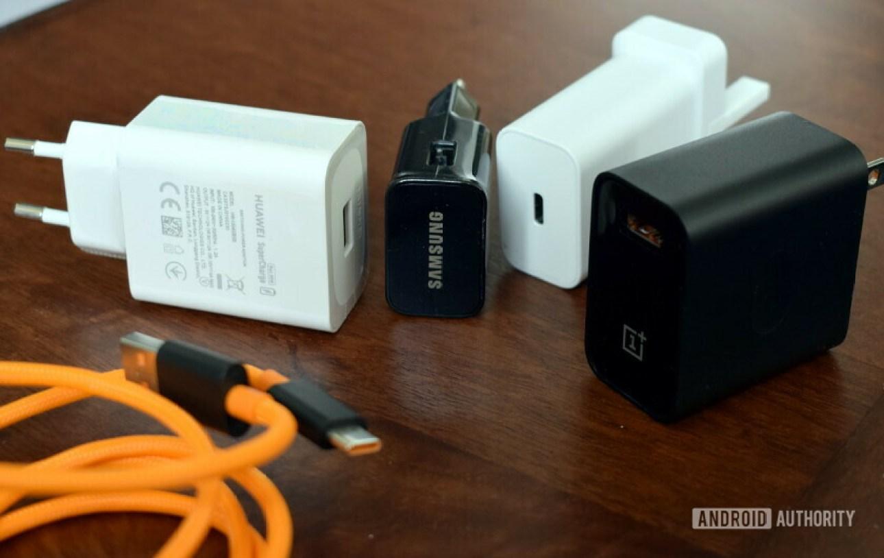 Зарядные устройства для телефонов Samsung, Huawei, OnePlus и Google соседствуют