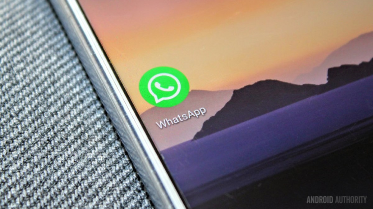 Крупным планом значок приложения WhatsApp на смартфоне.
