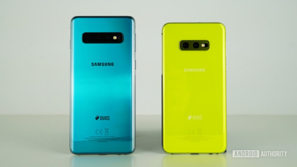 Samsung Galaxy S10 vs Samsung Galaxy S10e back - green, yellow