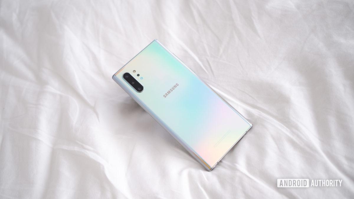 Samsung Galaxy Note 10 Plus снова на кровати экраном вниз