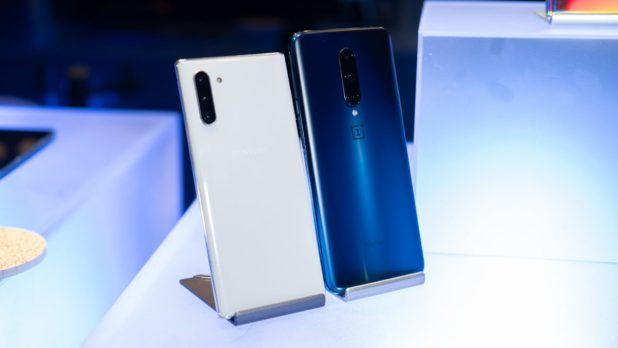 Samsung Galaxy Note 10 vs OnePlus 7 Pro back on table 1