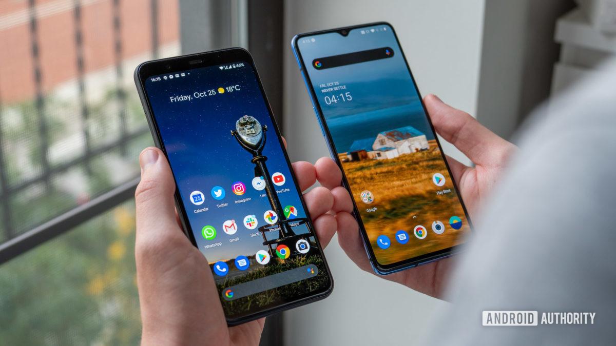 Google Pixel 4 XL против домашнего экрана OnePlus 7T в руке