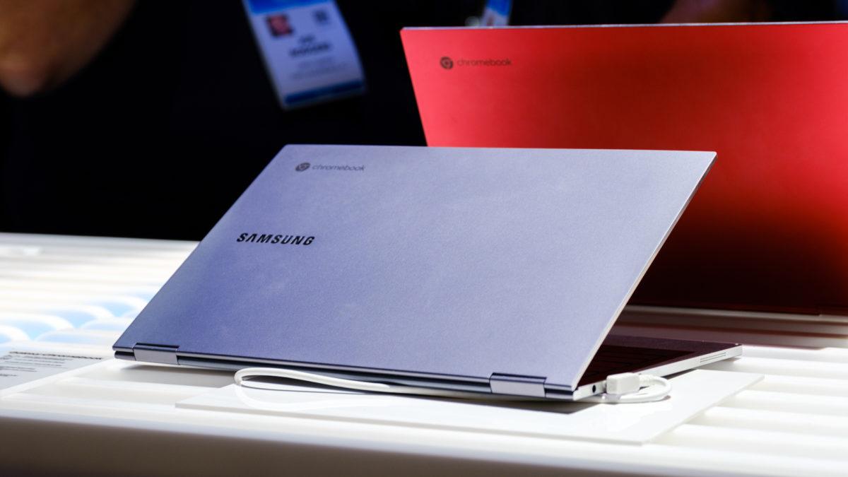 Parte traseira do Chromebook Samsung Galaxy em ângulo prateado