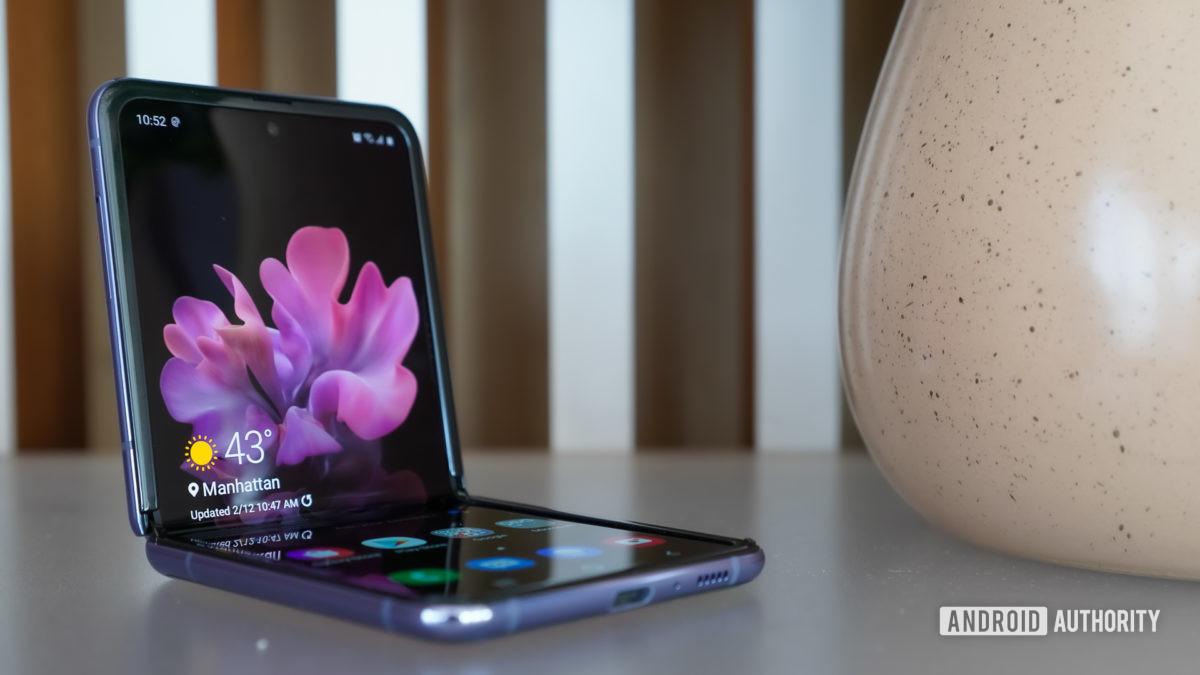 Samsung Galaxy Z Flip сидит высоко