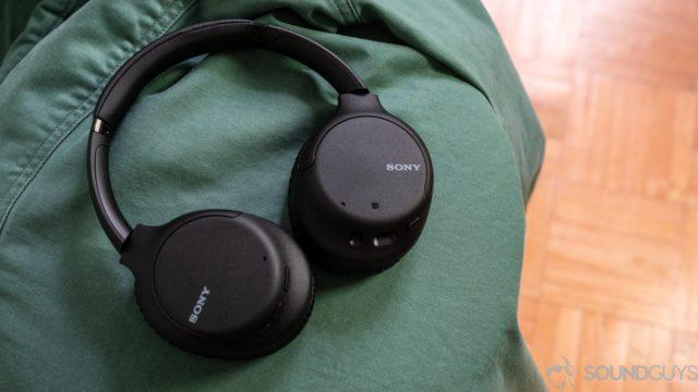 Изображение Sony WH-CH710N на зеленой куртке.