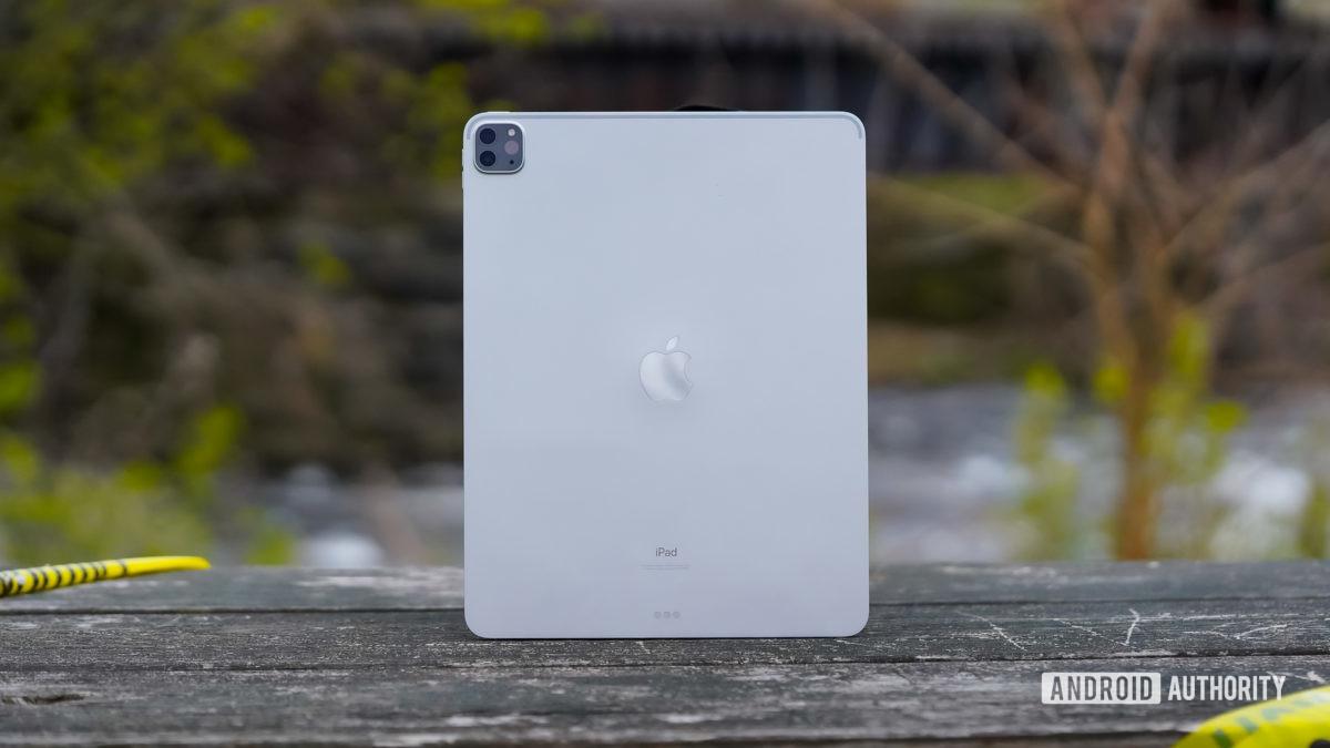 Apple iPad Pro 2020 на скамейке