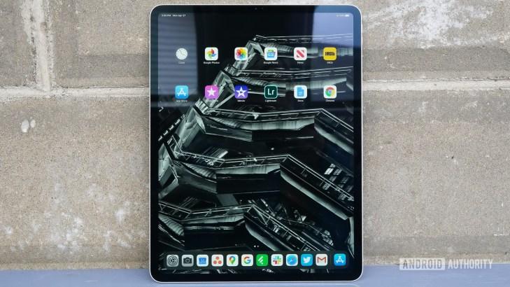 Apple iPad Pro 2020 standing home screen