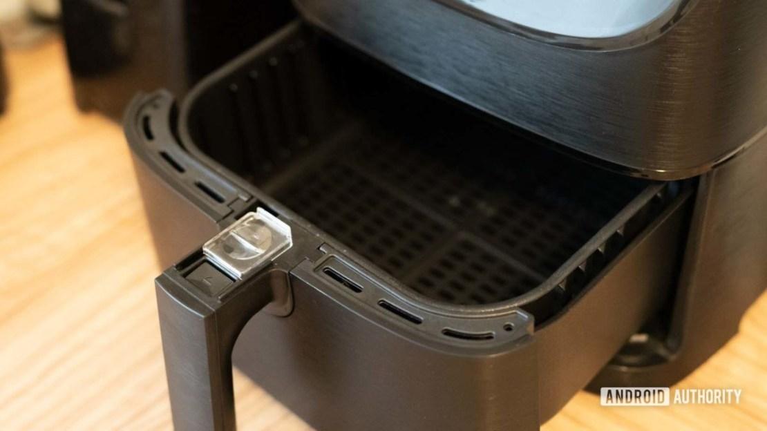 Cosori Smart Air Fryer fryer tray open 1