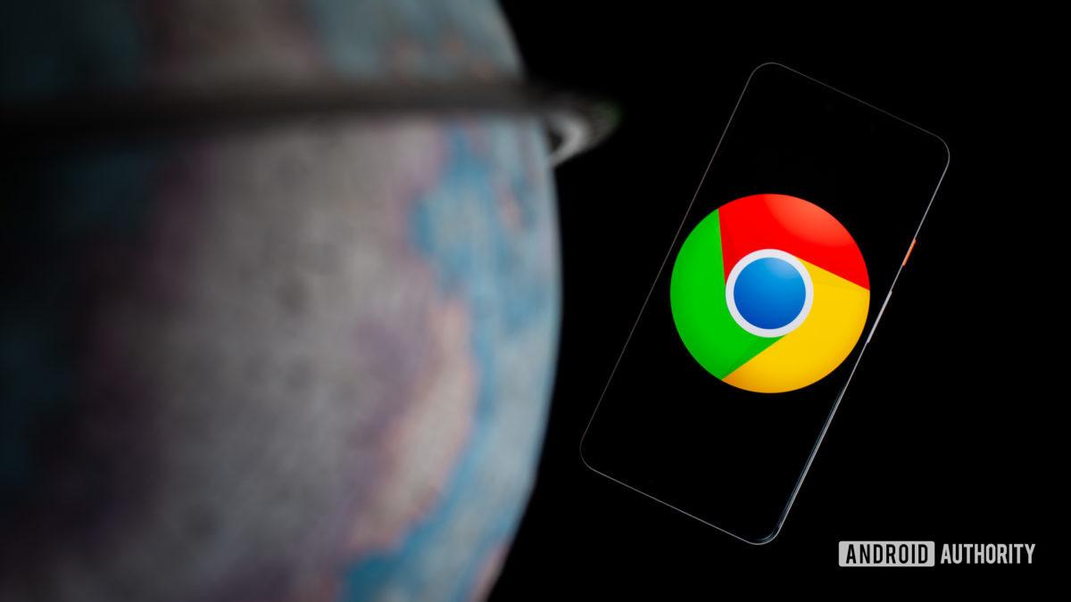 Google Chrome на смартфоне рядом с глобусом stock photo
