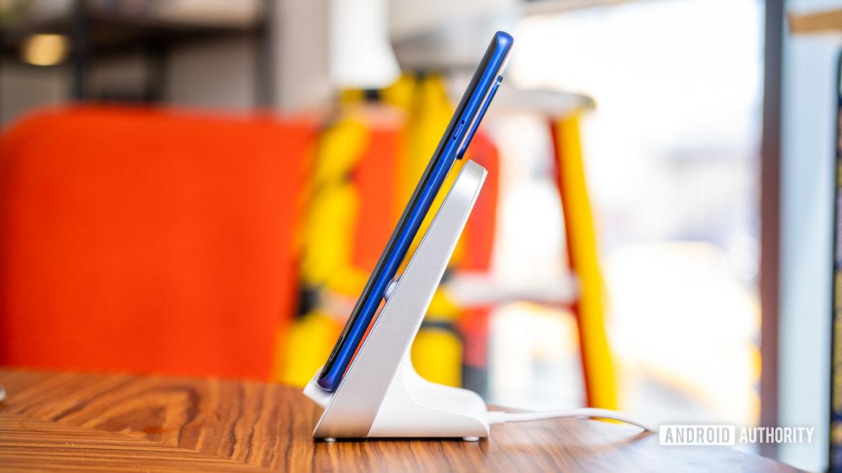 OnePlus 8 Pro на беспроводном зарядном устройстве сбоку