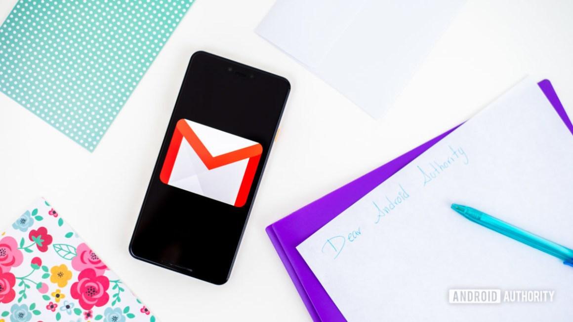 Логотип Gmail на смартфоне, сток фото 1