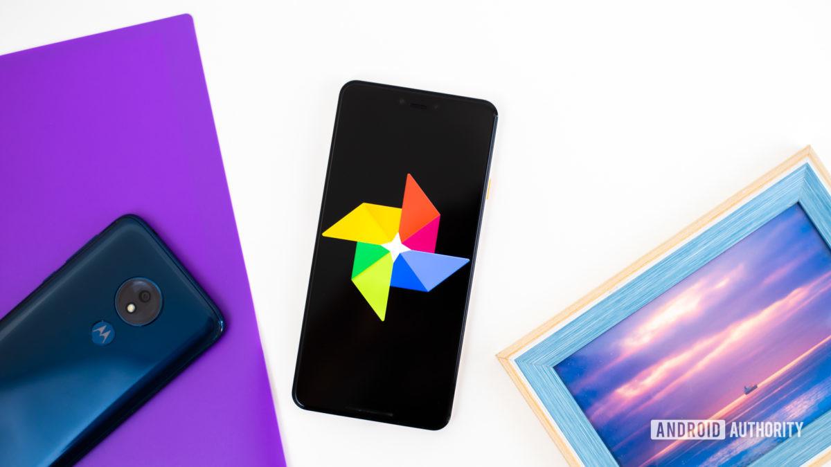 Логотип Google Фото на смартфоне рядом с аксессуарами для обработки изображений (фото 1)