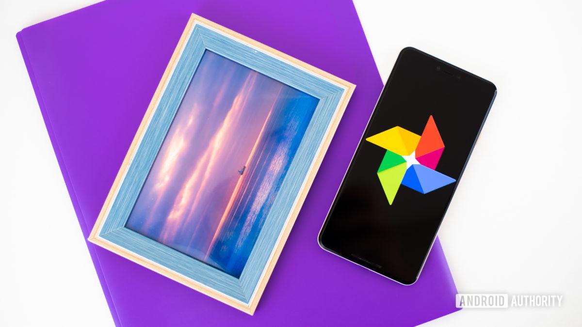 Логотип Google Фото на смартфоне рядом с аксессуарами обработки изображений стоковое фото 2