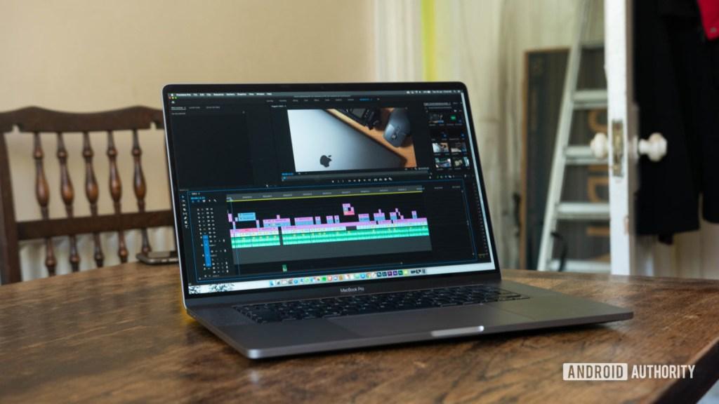 MacBook Pro Premiere Pro с диагональю 16 дюймов открыт