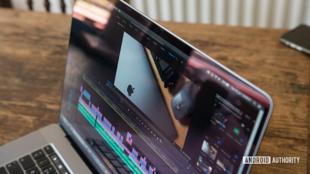 16-дюймовый MacBook Pro Premiere Pro крупным планом