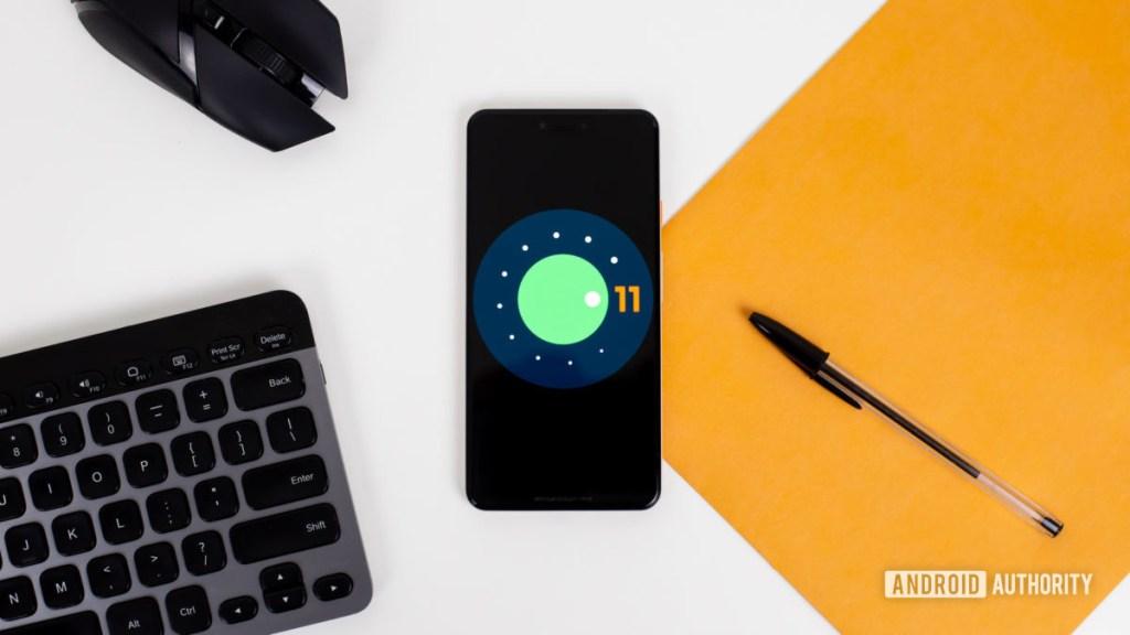 Логотип Android 11 на фото смартфона 3