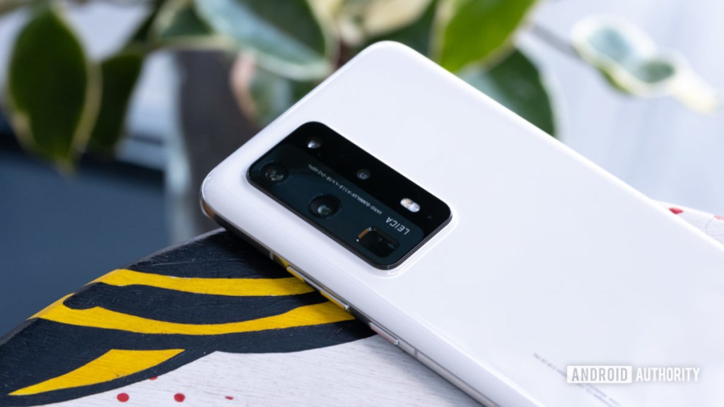 Камера Huawei P40 Pro Plus на столе