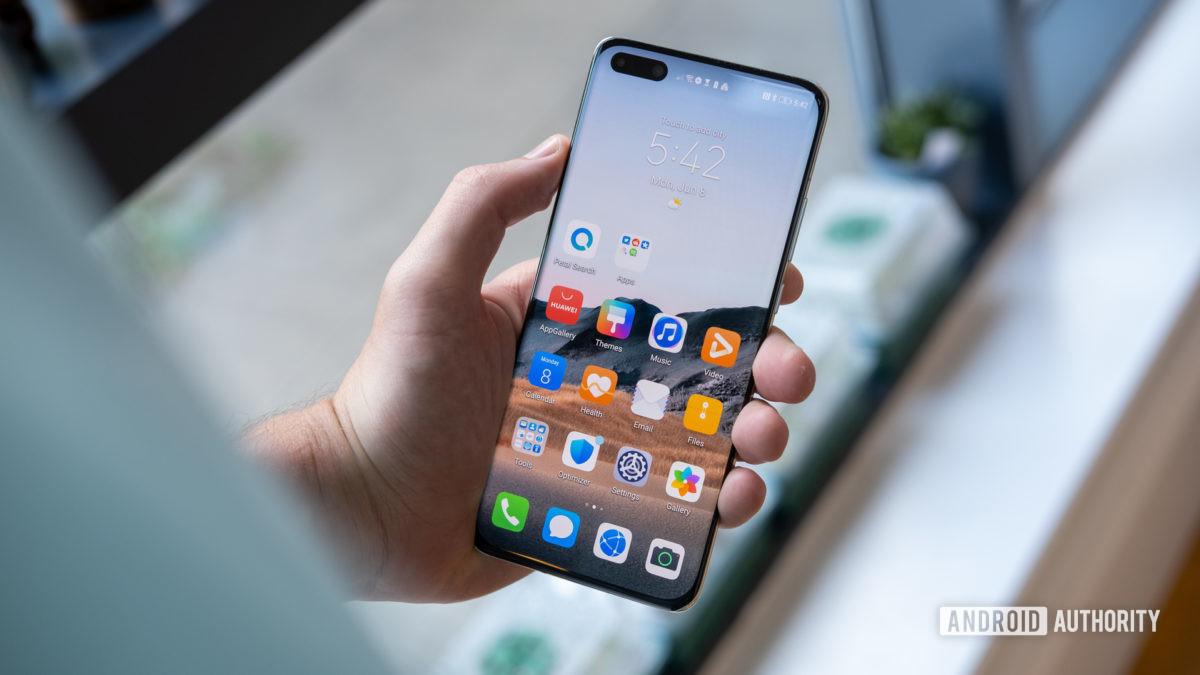 Huawei P40 Pro Plus в руке экран