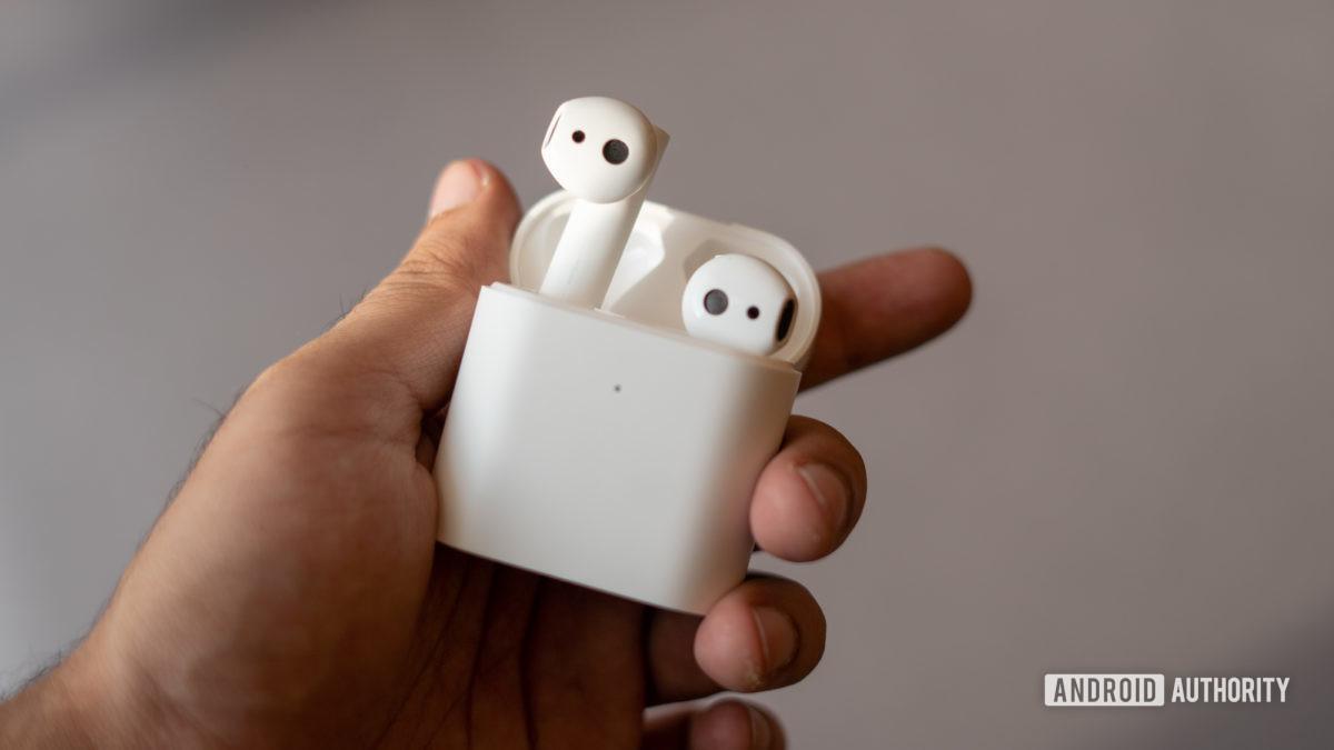 Изображение наушников Xiaomi True Wireless 2, высовывающихся из чехла