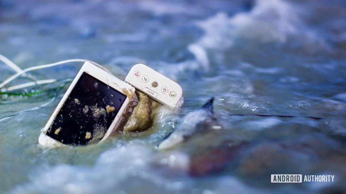E Отходы смартфона на пляже2