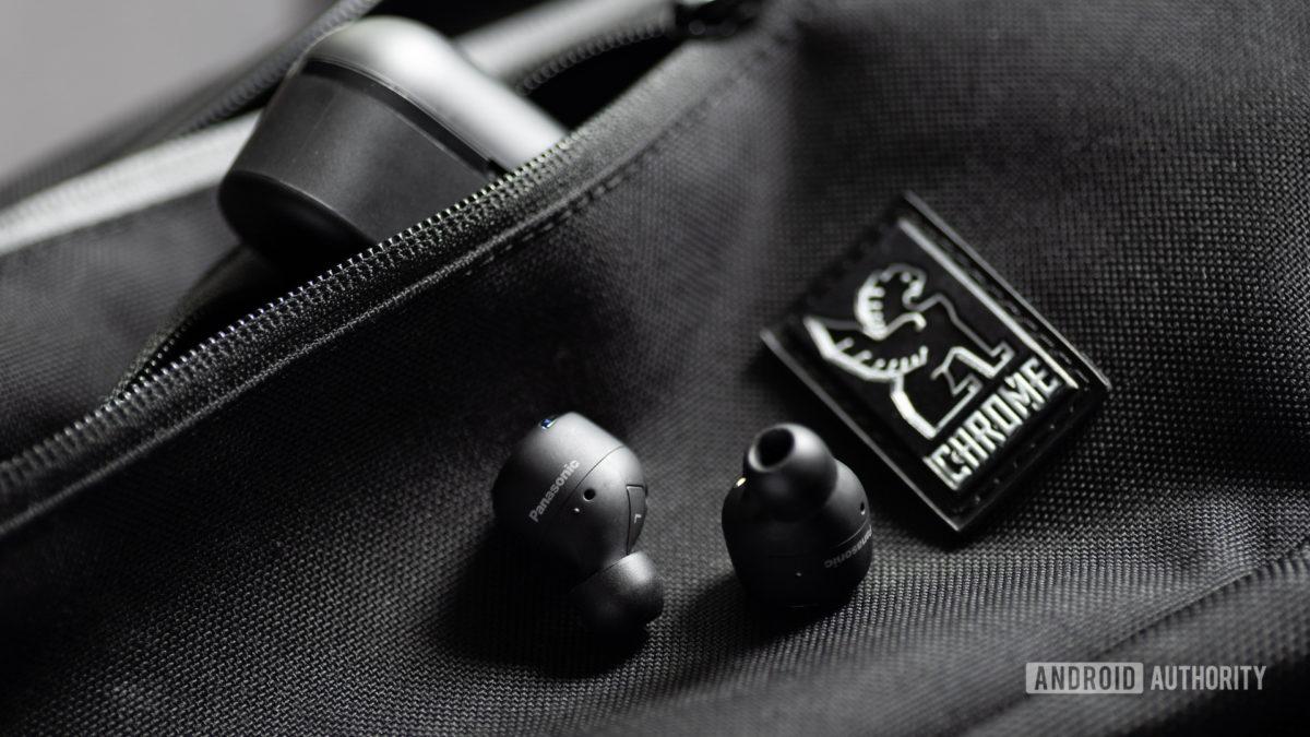 Изображение наушников Panasonic RZ-S500W с шумоподавлением на сумке Chrome с подвеской, чехол расположен под углом в кармане на молнии.