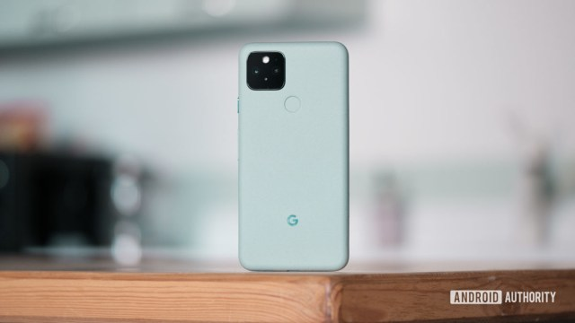 Google Pixel 5 стоит на столе 1
