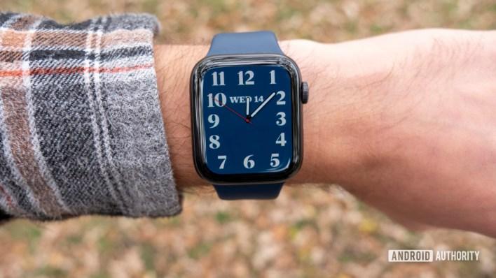 مراجعة ساعة ابل واتش سلسلة 6 على شاشة عرض وجه ساعة اليد