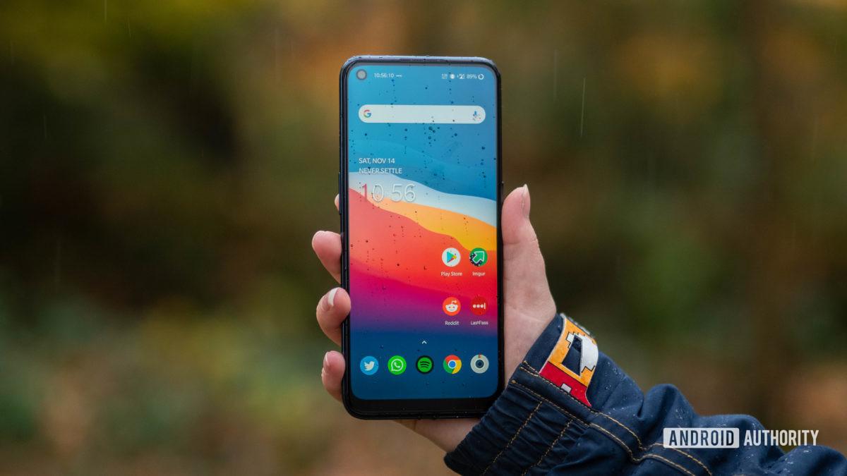 OnePlus Nord N100 na mão mostrando a tela inicial