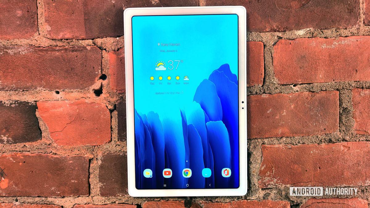 Tablet Samsung Galaxy Tab A7 2020 na parede de tijolos