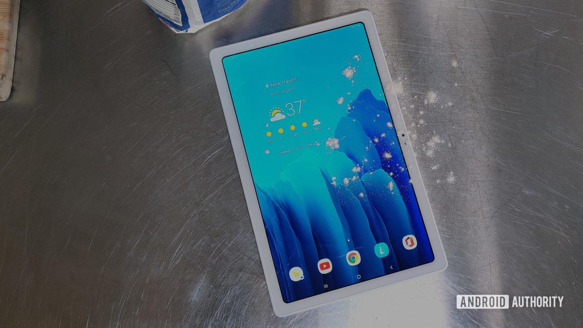 Tablet Samsung Galaxy Tab A7 2020 na bancada da cozinha com farinha