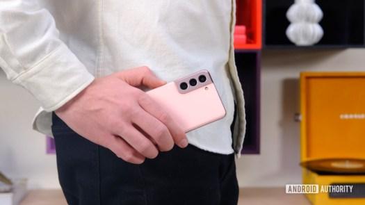 Samsung Galaxy S21 back in hand
