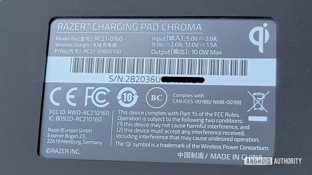 Razer Charging Pad Chroma Review Avisos da FCC na parte inferior do Pad