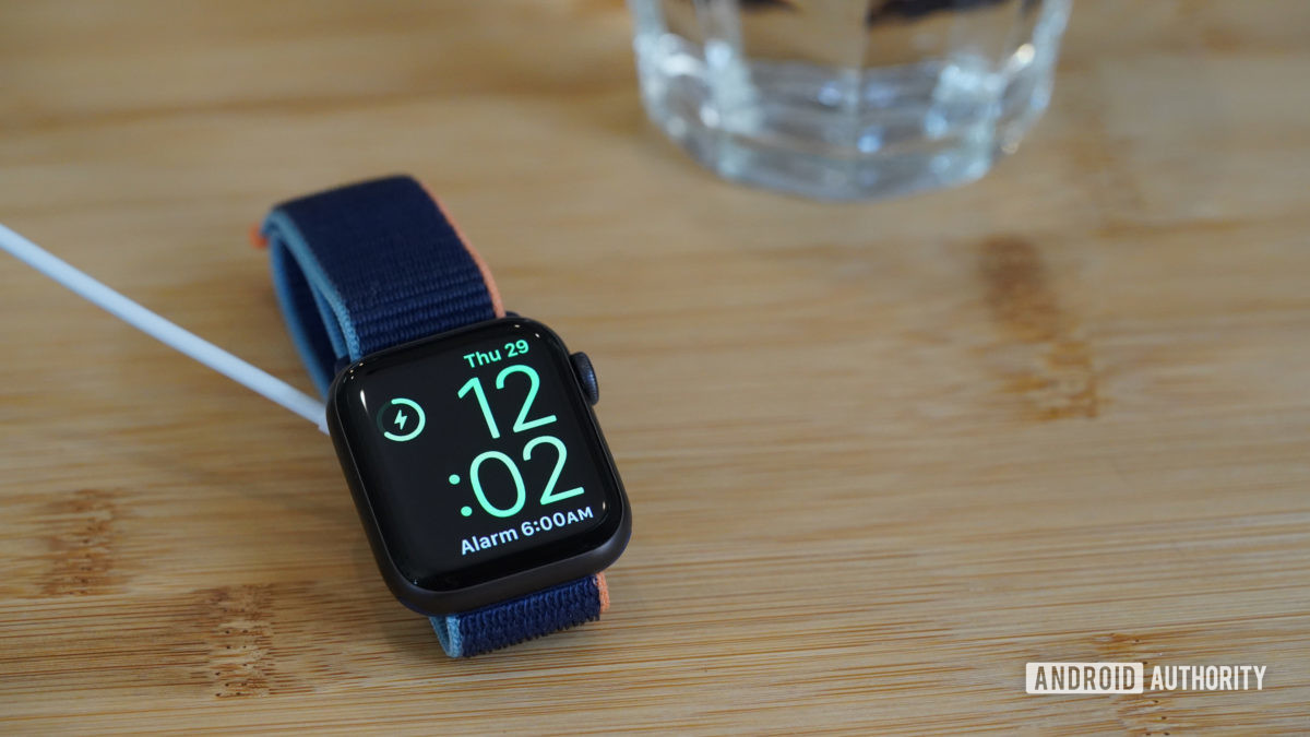 Зарядка Apple Watch Series 6 отображает режим тумбочки на прикроватном столике