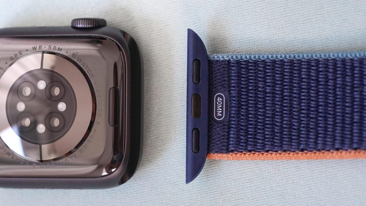 Apple Watch Series 6 расположены на синей поверхности, на которой изображено, как снять ремешок Apple Watch.