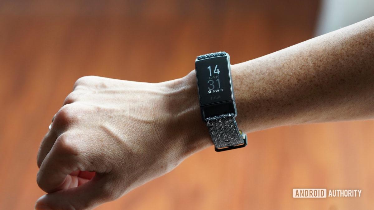 Fitbit Charge 4 Военное время