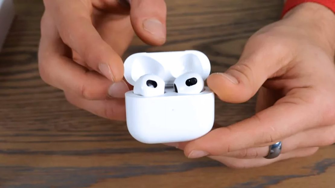 Supposedly leaked third-generation AirPods.