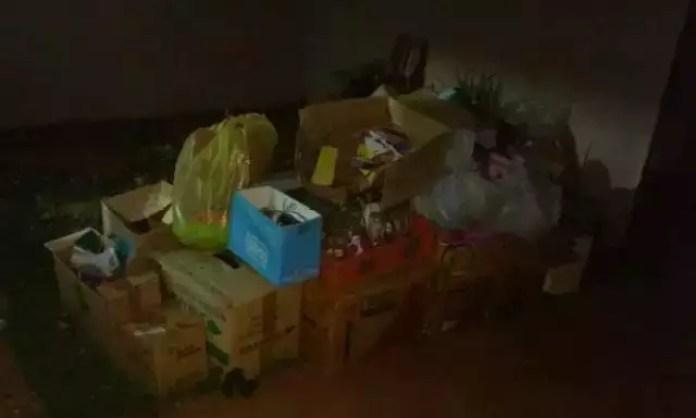"""Cova foi """"camuflada"""" com caixas de papelão e outros móveis pela filha da vítima. (Foto: JP News)"""