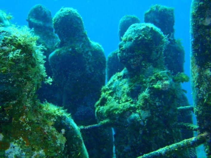 تماثيل موزا من عمل الفنان جيسون تيلور في متحف كانكون البحري بالمكسيك