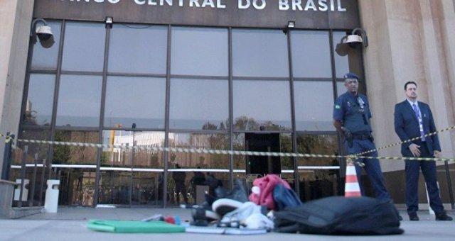 A mochila foi deixada na rampa de acesso ao prédio do Banco Central