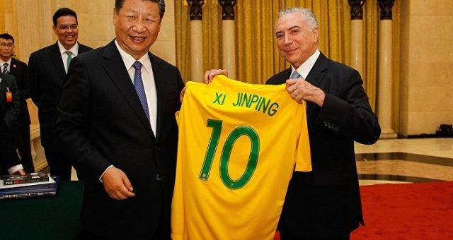 Temer deu uma camiseta da seleção brasileira de futebol ao presidente Xi Jinping.