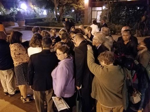 Metodistas en New Directions celebran el voto afirmando abiertamente candidatos LGBT con un culto improvisada, que culminó en una imposición de las manos de los cuatro candidatos.