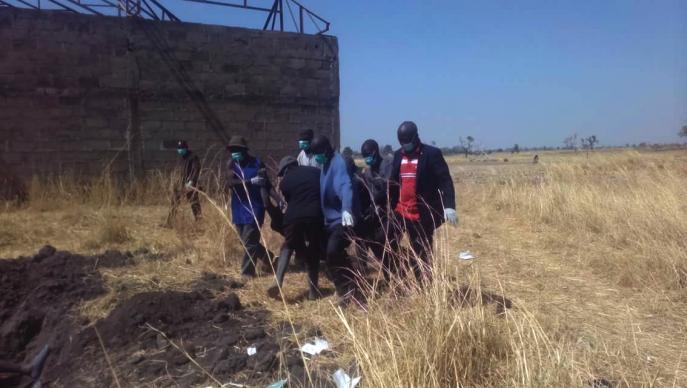 Una víctima es llevada a una fosa común en la aldea de Katibu en Lau, Nigeria.  Un reciente ataque de pastores en el estado de Taraba causó la muerte de más de 50 personas, incluidos 38 metodistas unidos, según la reverenda Irmiya Bako, superintendente de distrito del distrito de Yugorobi.  Foto de la Reverenda Ande I. Emmanuel, UMNS.